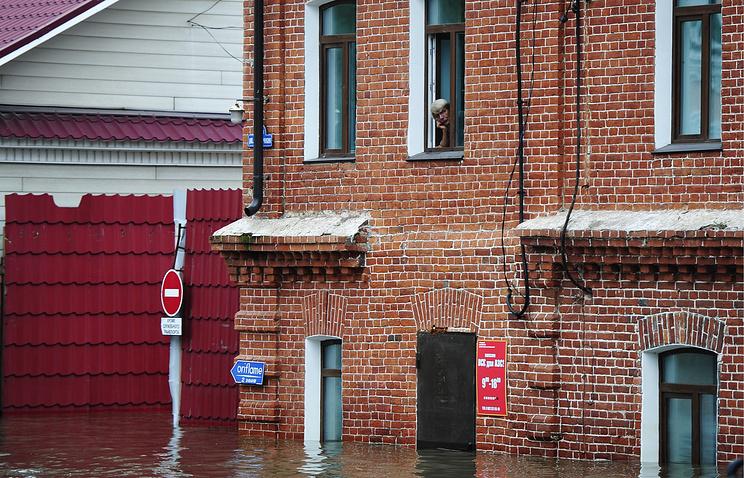 Уссурийск. 31 августа 2015. На одной из улиц, затопленных из-за сильных дождей и паводка.