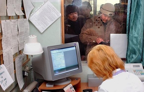 Работник регистратуры наркологического диспансера записывает паспортные данные пациента