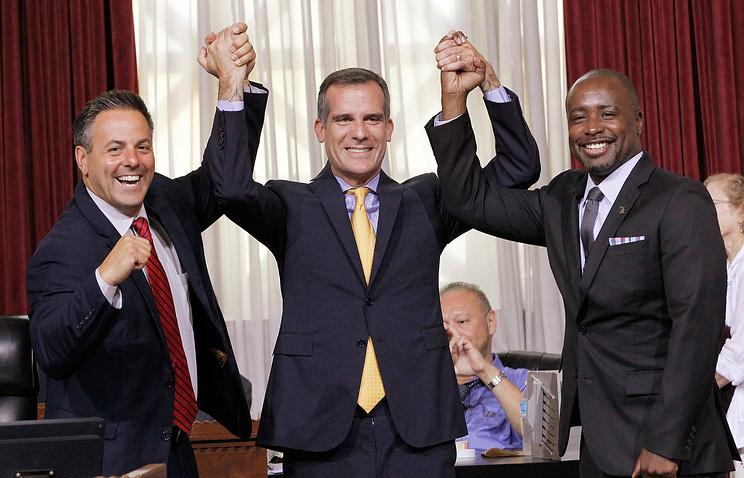 Мэр Лос-Анджелеса Эрик Гарсетти (в центре) с членами городского совета Лос-Анджелеса Джо Бускено и Маркизом Харрис-Доусоном после голосования о выдвижении городом заявки на проведение Игр-2024, 1 сентября 2015 года