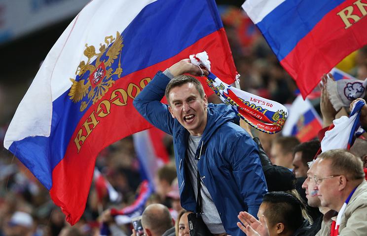 Болельщики сборной России на отборочном матче Евро-2016 против команды Швеции