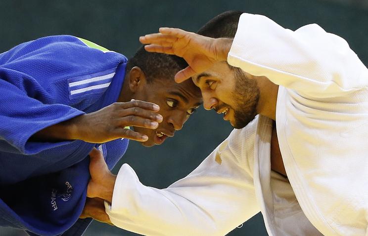 Российский спортсмен Камал Ханмагомедов (в белой форме) и французский спортсмен Луи Корвал во время соревнований по дзюдо среди мужчин в весовой категории до 66 кг на I Европейских играх.