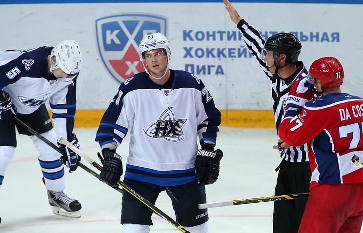 """Белорусский хоккеист """"Нефтехимика"""" Андрей Стась (в центре)"""