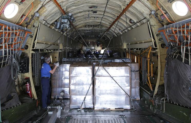 Гуманитарный груз на борту самолета МЧС РФ