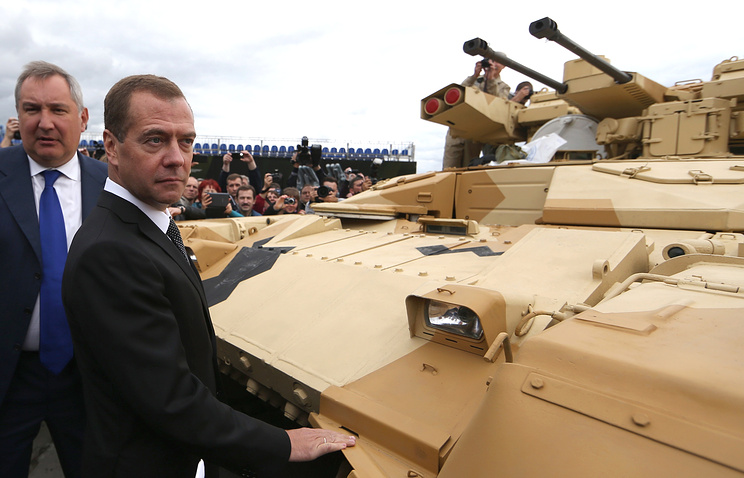 """Вице-премьер РФ Дмитрий Рогозин и премьер-министр РФ Дмитрий Медведев (слева направо) на 10-й международной военно-промышленной выставке """"Russia Arms Expo-2015"""""""