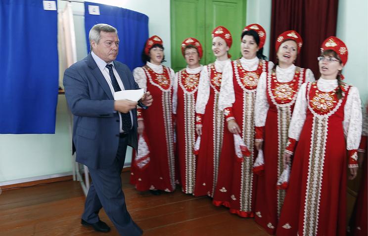 Временно исполняющий обязанности губернатора Ростовской области Василий Голубев во время голосования на избирательном участке в поселке Водопадный