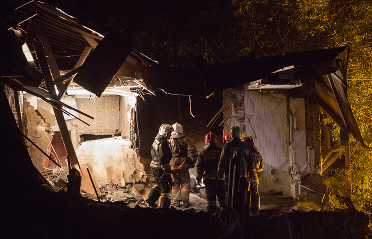 Сотрудники МЧС на месте обрушения двухэтажного жилого дома в Омске
