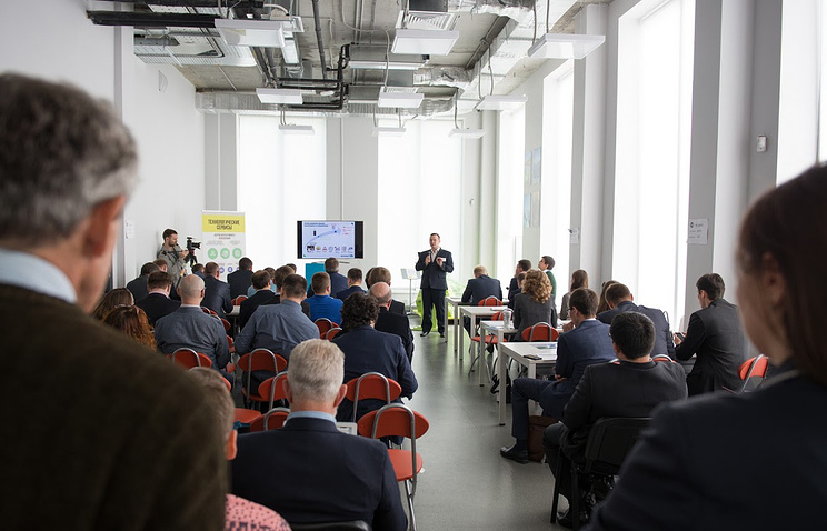 Жюри и участник конкурса во время презентации проекта