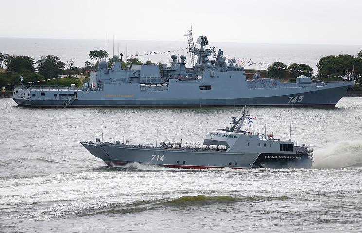 "Фрегат ""Адмирал Горшков"" (на втором плане)"