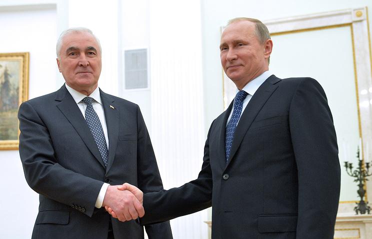 Президент республики Южная Осетия Леонид Тибилов и президент России Владимир Путин