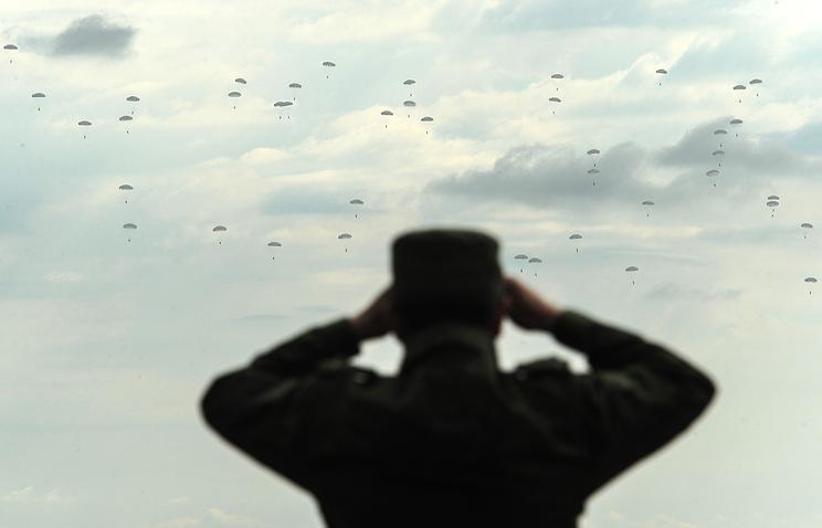 Десантирование во время учений в рамках комплексной внезапной проверки боеготовности войск ЦВО. Архив