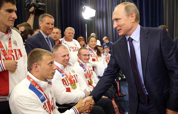 Президент РФ Владимир Путин (справа) на встрече со сборной России, которая победила в командном зачете Всемирных игр Международной спортивной федерации колясочников и ампутантов (IWAS)