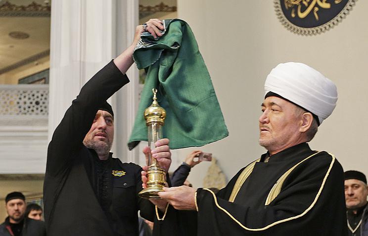 Председатель совета муфтиев России Равиль Гайнутдин (справа) со стеклянной капсулой с волосом пророка Мухаммеда