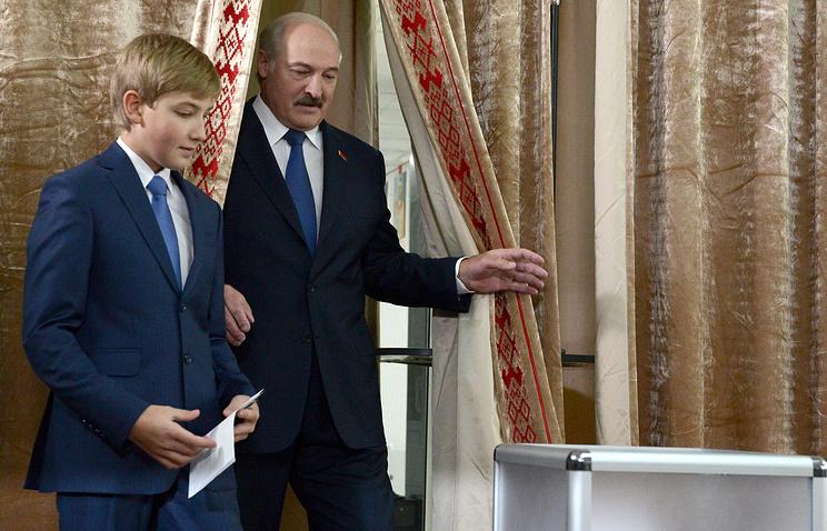 Президент Белоруссии Александр Лукашенко с сыном Николаем во время голосования на избирательном участке №1