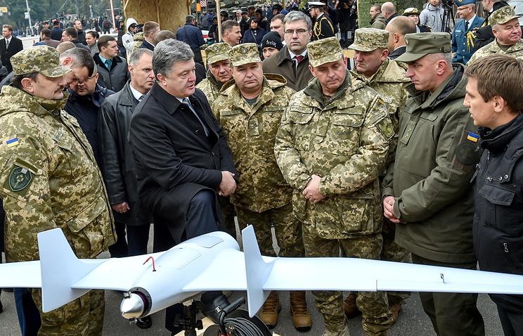 Министр обороны Украины Степан Полторак (третий слева) и президент Украины Петр Порошенко (второй слева)
