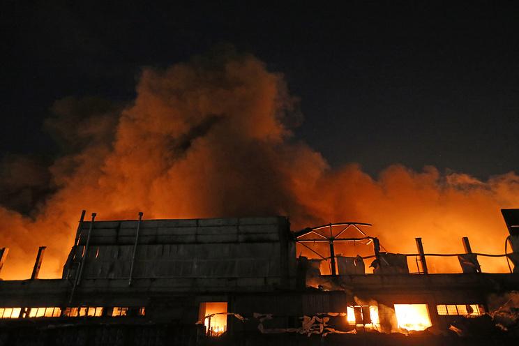 """Пожар в здании склада с машинным маслом и автомобильныеми запчастями на территории промзоны """"Парнас"""" в Петербурге"""
