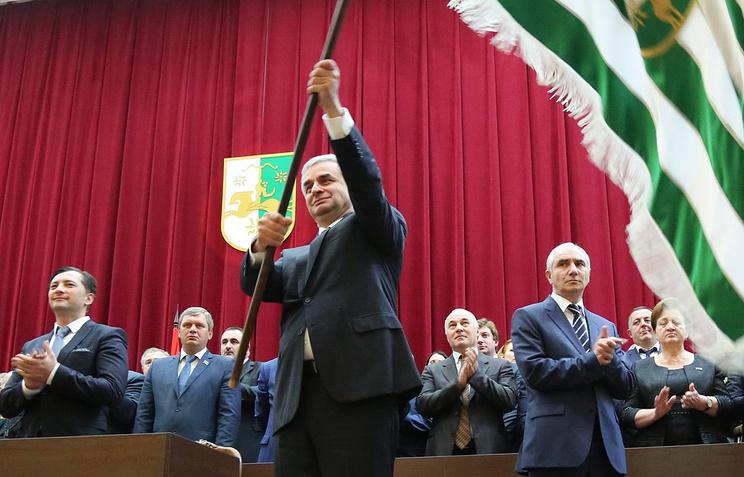 Президент Абхазии Рауль Хаджимба (в центре)