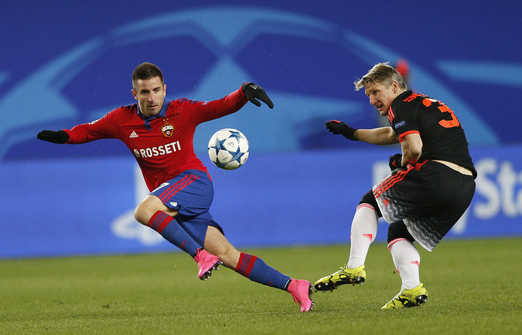 """Зоран Тошич (слева) во время матча против """"Манчестер Юнайтед"""""""