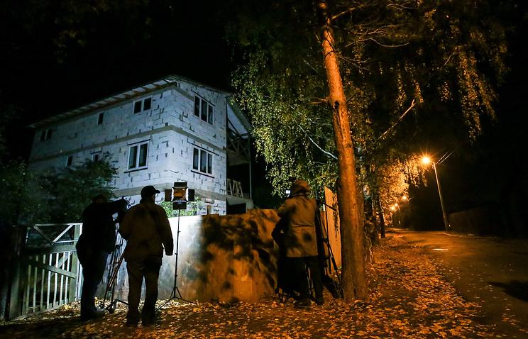 У дома в деревне Тимошкино, где было найдено тело Амирана Георгадзе