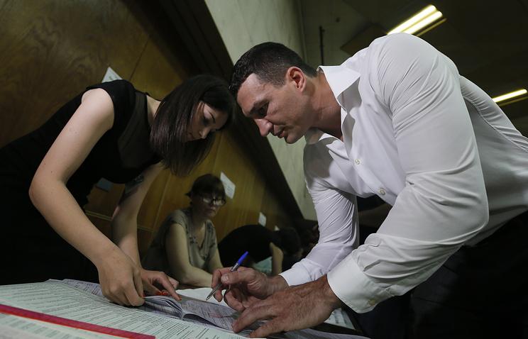 Украина, Киев, 2014. Кандидат на пост мэра Киева Виталий Кличко во время выборов мэра Киева на избирательном участке