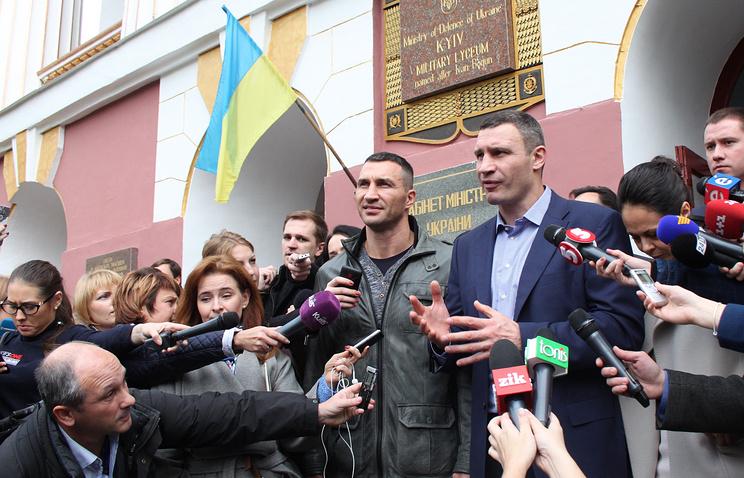 Боксер Владимир Кличко и мэр Киева Виталий Кличко (слева направо)
