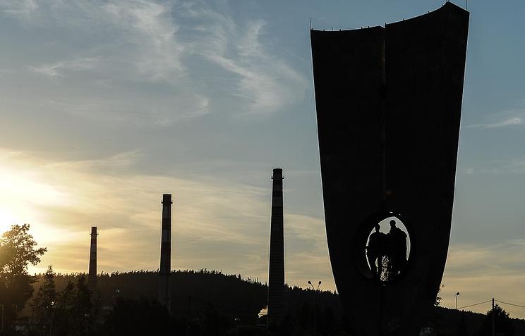 Стела основателям города Новоуральска у Уральского электрохимического комбината
