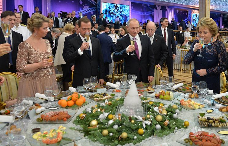 Премьер-министр РФ Дмитрий Медведев с супругой Светланой, президент РФ Владимир Путин, спикер Совета Федерации РФ Валентина Матвиенко