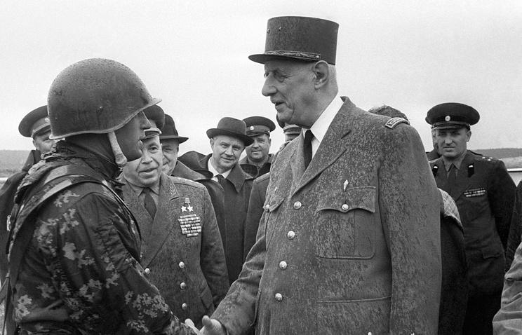 Президент Французской Республики генерал Шарль де Голль (справа) посещает гвардейскую мотострелковую Таманскую дивизию