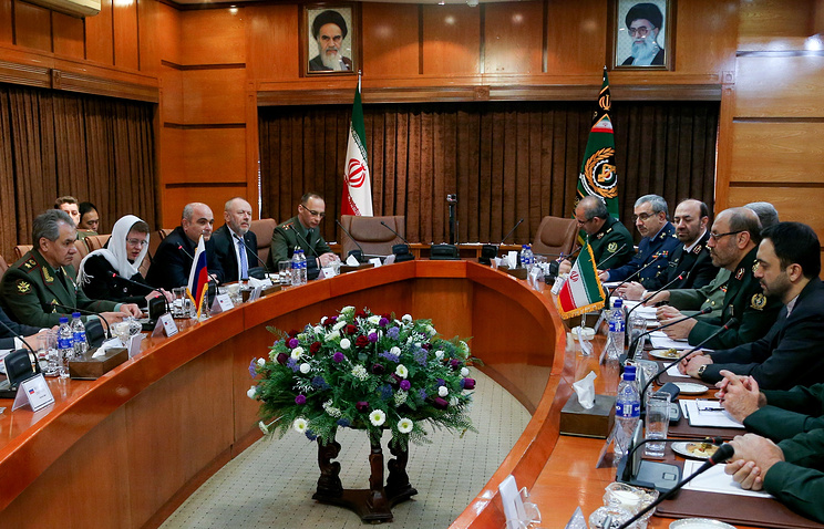 Министр обороны России Сергей Шойгу и министр обороны и поддержки вооруженных сил Ирана Хосейн Дехкан на переговорах о военном сотрудничестве, 20 января 2015 года