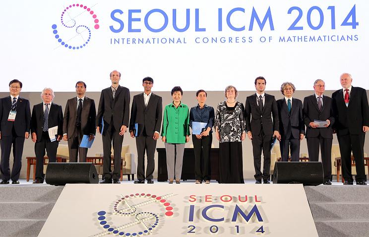 Лауреаты последнего на сегодняшний день Всемирного конгресса математиков, проходившего в Сеуле в 2014 году, с президентом Республики Корея Пак Кын Хе (в центре в зеленом)