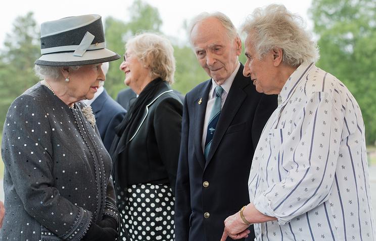 Королева Великобритании Елизавета II и капитан Эрик Браун