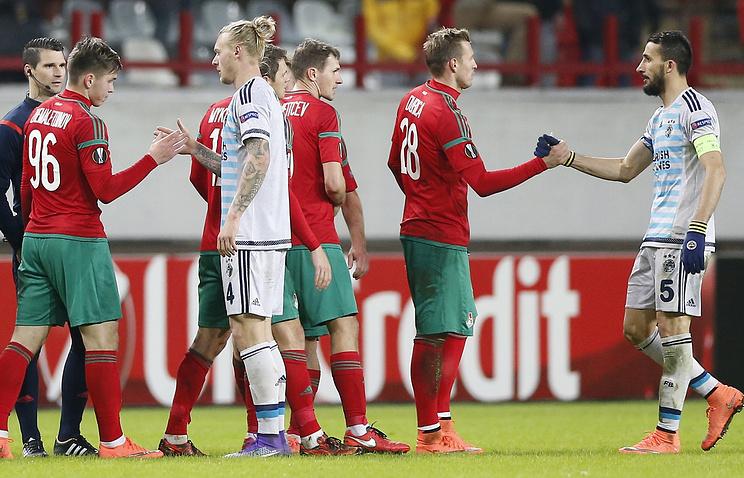 Футболисты'Локомотива и'Фенербахче после завершения ответного матча 1/16 финала Лиги Европы
