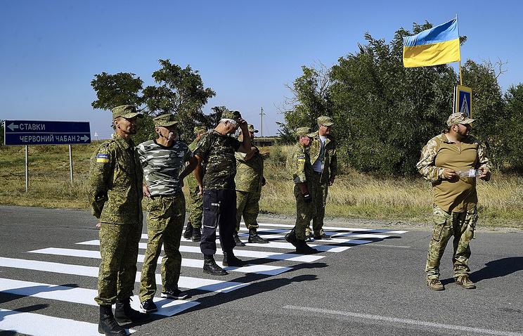 """Активисты """"Правого сектора"""" блокируют трассу у пункта пропуска """"Чонгар"""" для препятствования прохождения грузового транспорта, перевозящего товары в Крым, сентябрь 2015 года"""