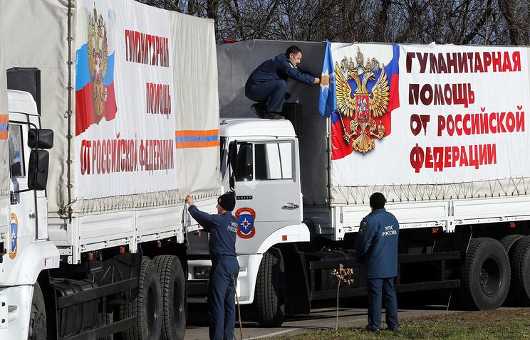 Грузовики колонны МЧС России с гуманитарной помощью
