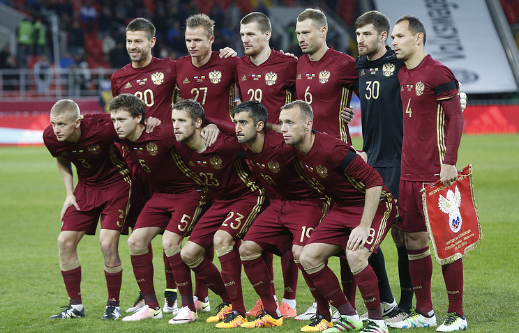 Футболисты сборной России перед началом товарищеского матча с командой Литвы