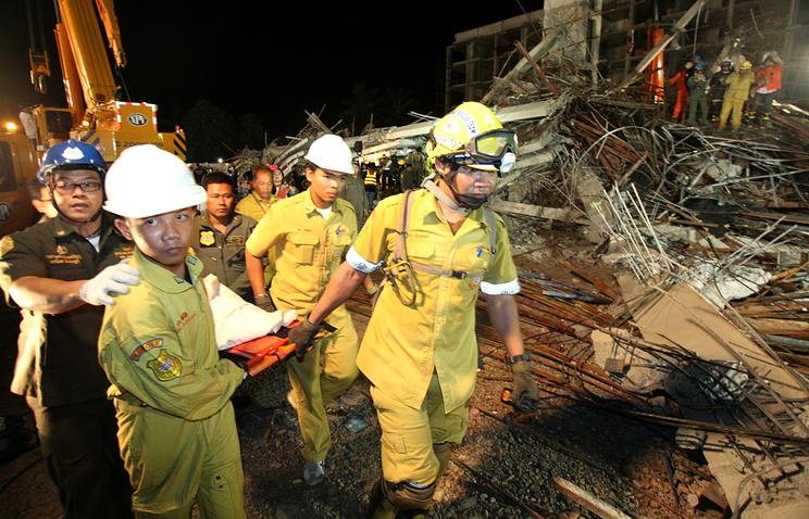 В Таиланде турист погиб при обрушении отеля, семеро остаются под завалами