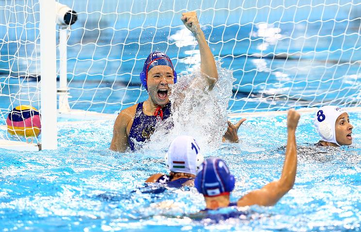 Игрок сборной России Анна Гринева (в центре) в матче за 3-е место соревнований по водному поло среди женщин между сборными командами Венгрии и России
