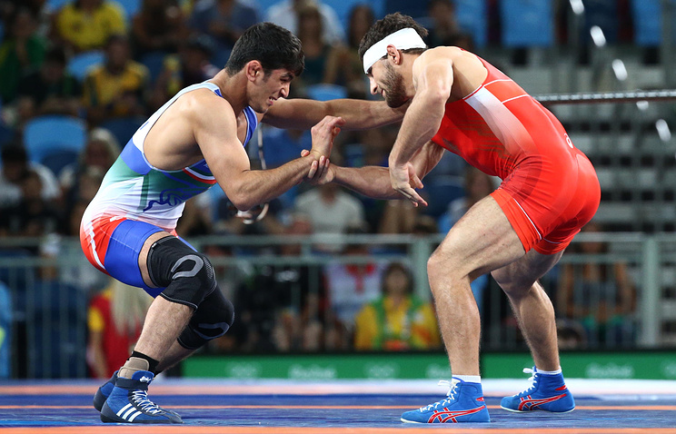 Хасан Яздани (слева) и Аниуар Гедуев во время финального поединка на Олимпиаде-2016