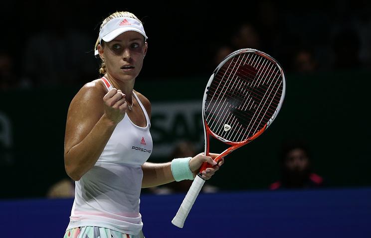 Анжелик Кербер переигрывает Доминику Цибулкову наBNP Paribas WTA Finals