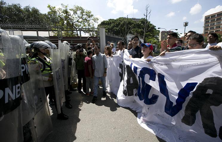 Оппозиции Венесуэлы впроцессе митинга застрелила полицейского