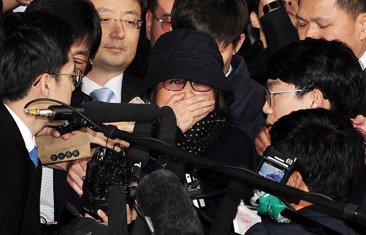 Мужчина наэкскаваторе пытался уничтожить приятельницу президента Южной Кореи
