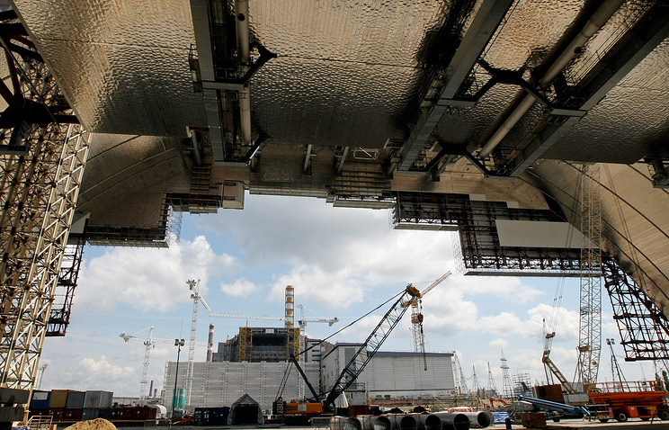 Над саркофагом четвертого энергоблока Чернобыльской АЭС установлена новая арка
