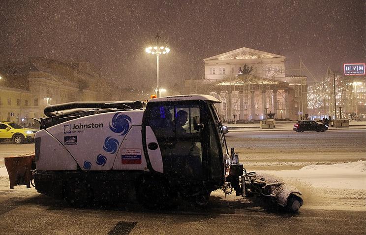 Неменее 250 дворников задействовали вВыхине-Жулебине для борьбы споследствиями снегопада