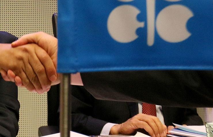 Нефтедобывающие страны согласились уменьшить добычу