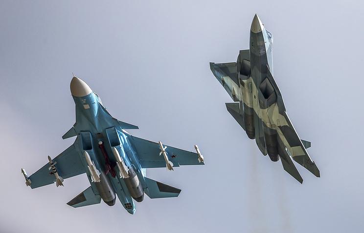 Фронтовой бомбардировщик Су-34 и российский многоцелевой истребитель пятого поколения Т-50