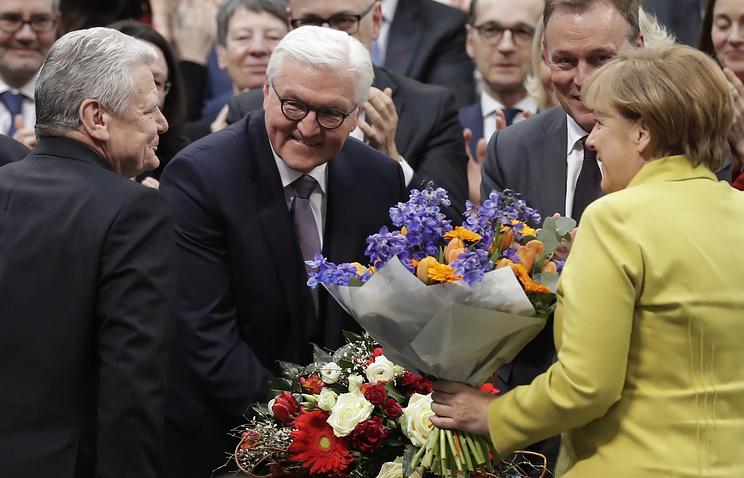 Франк-Вальтер Штайнмайер (в центре) принимает поздравления