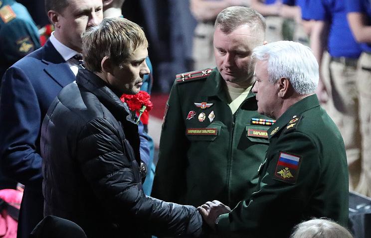 Михаил Барышев (в центре) на церемонии прощания с Владимиром Петровым