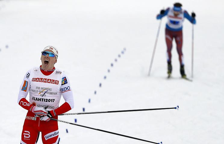 Сергей Устюгов (на заднем плане)