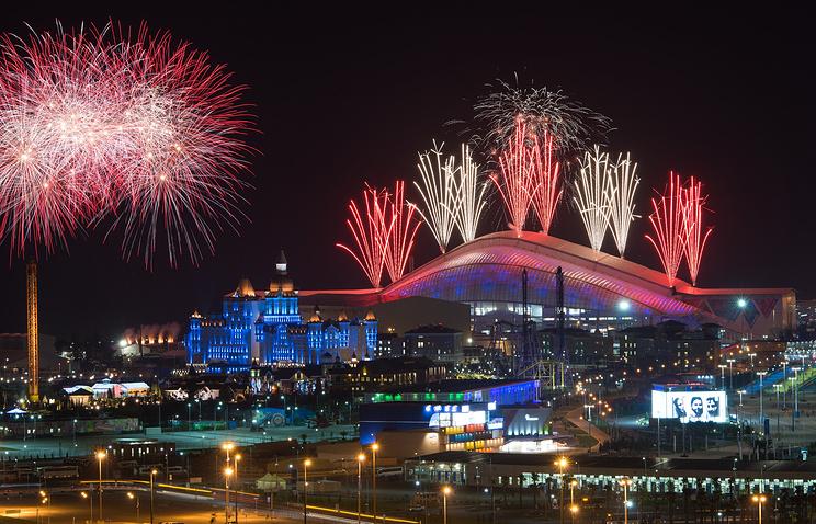 """Салют над стадионом """"Фишт"""" во время церемонии закрытия зимних Олимпийских игр 2014 года"""