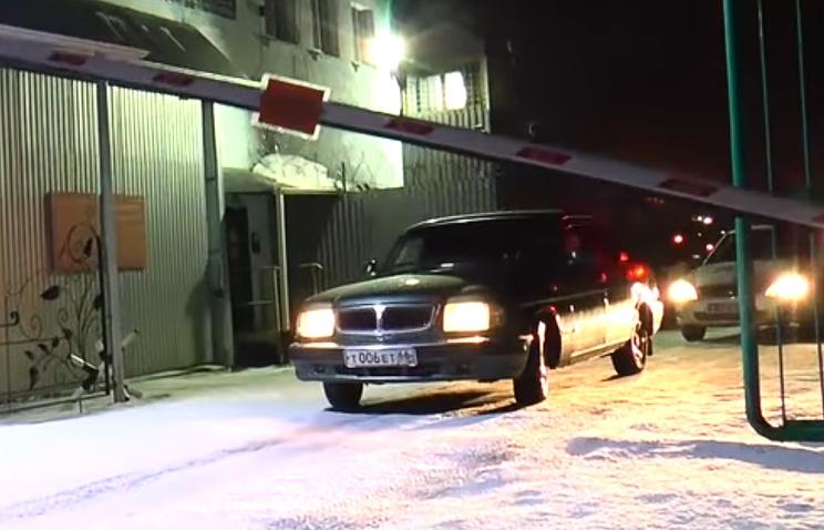Автомобиль с Евгенией Чудновец выезжает с территории нижнетагильской ИК-6