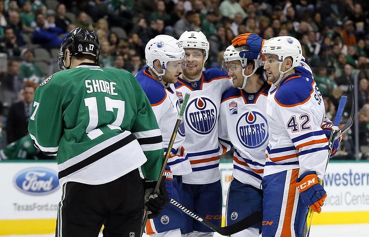 """Хоккеист """"Эдмонтона"""" Антон Слепышев (крайний справа) поздравляет одноклубников с заброшенной шайбой"""